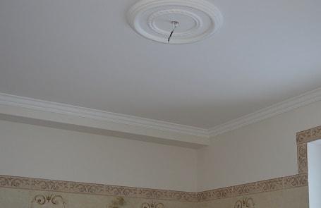 Окрашенный потолок с декоративными элементами, фото