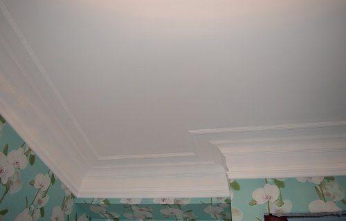 Покраска потолка с устройством молдинга, фото